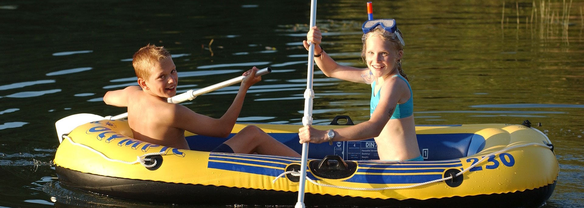Kinder im Schlauchboot