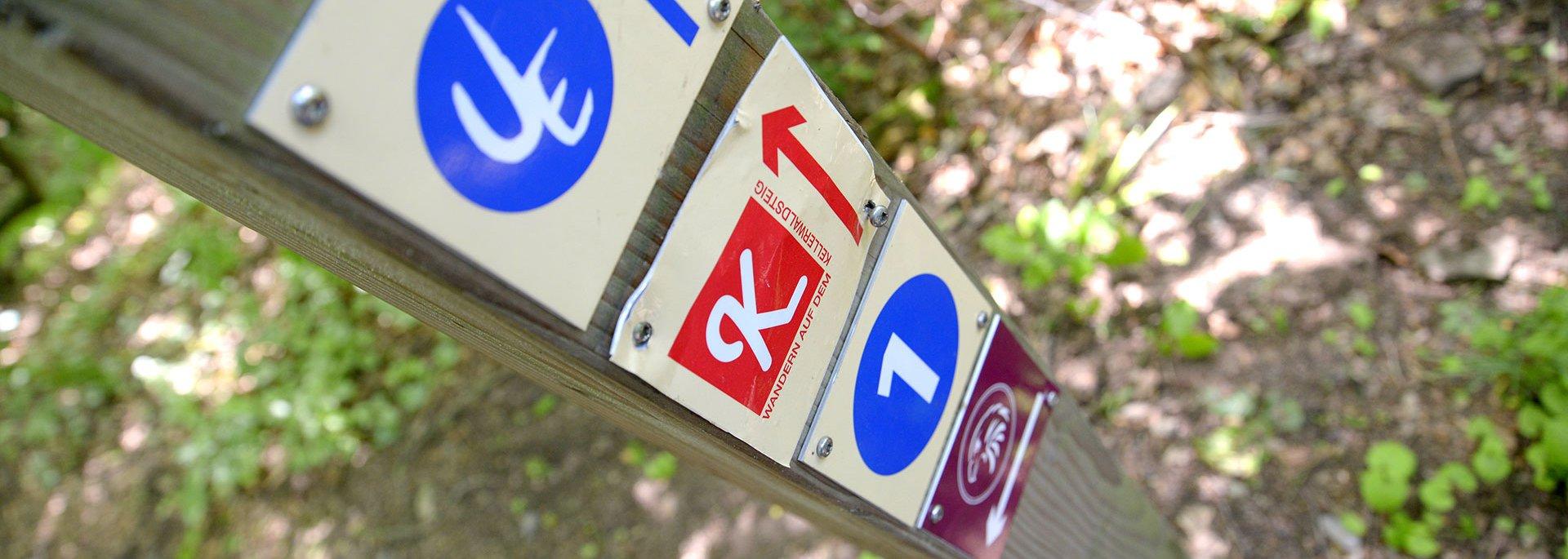 Pfeile mit Kennzeichnung Wanderwege